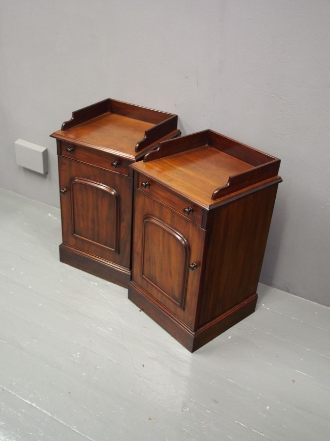 Antique Pair of Victorian Mahogany Bedside Cabinets