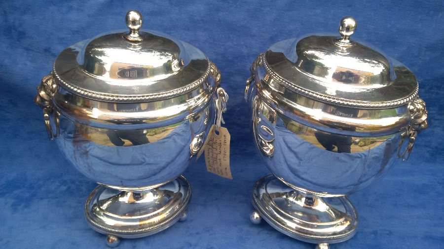 A PAIR OF ANTIQUE GEORGIAN ENGLISH OLD SHEFFIELD PLATE LIDDED URNS CIRCA 1790
