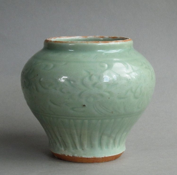 Attractive Chinese early Ming Longquan celadon jar