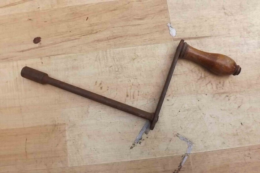 Windout handle for extending table. Large item