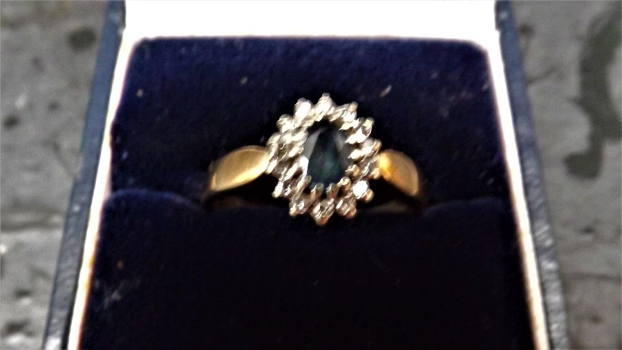 9ct gold Saphire & diamonds ring
