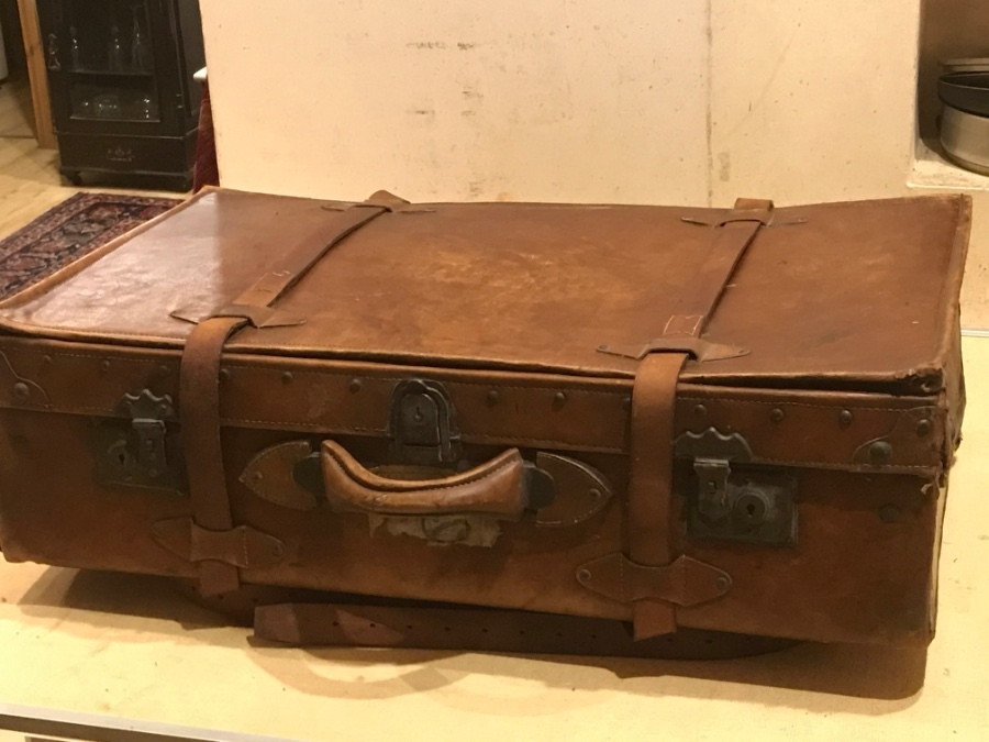 Gentleman's suit case circa 1900 in cow hide leather