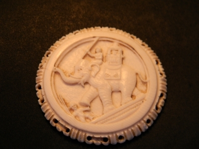 INDIAN PENDANT IN CARVED IVORY LATE 19TH CENTURY--102