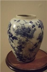 CHINESE BLUE AND WHITE VASE . SGB4