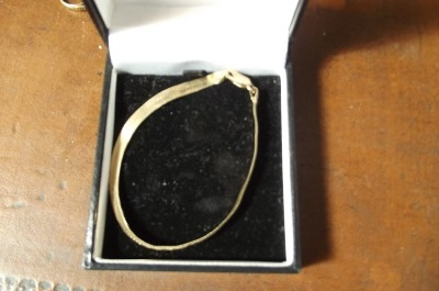 Bracelet 9ct gold boxed. IS