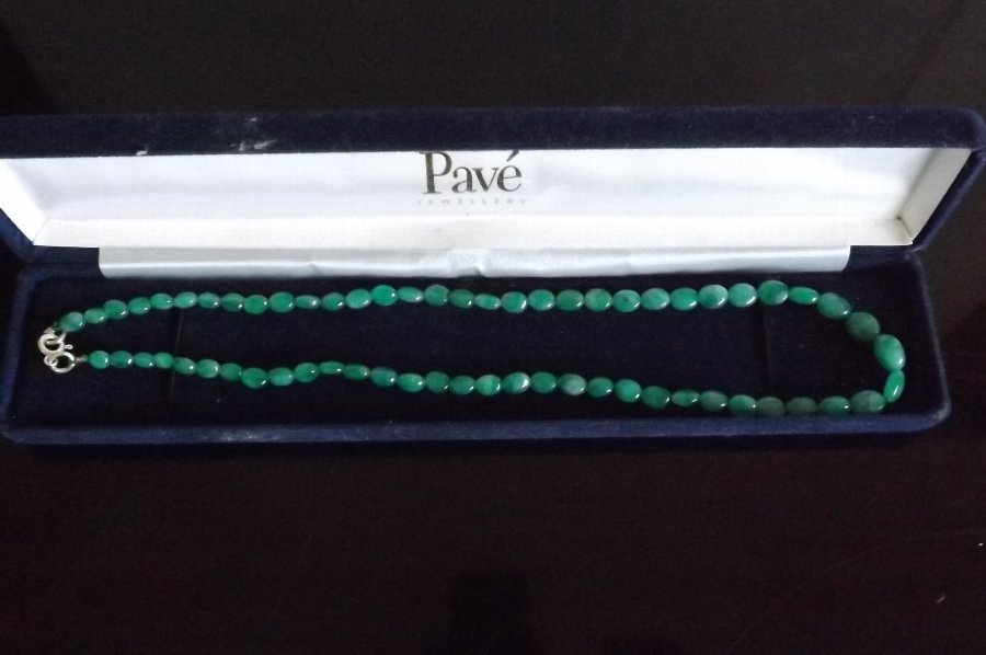 Emerald necklace stunning item . B17