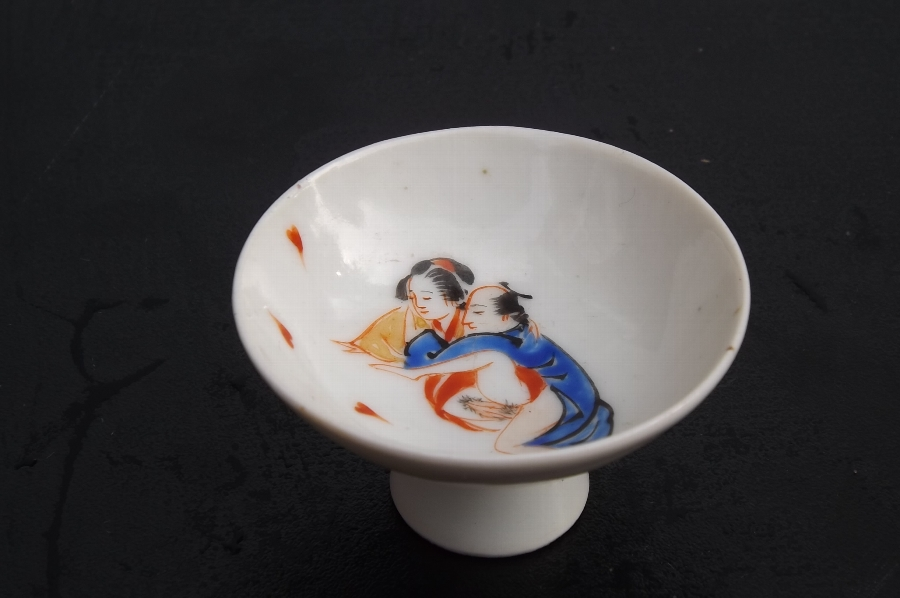 Erotica Japanese couple small saki porcelain cup Victorian. CB
