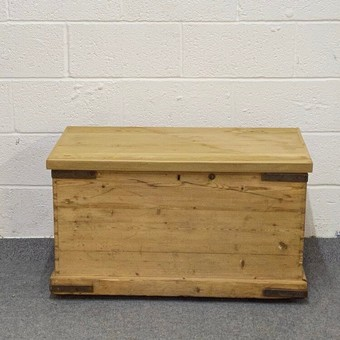 Antique OLD ENGLISH FLAT TOP PINE BOX