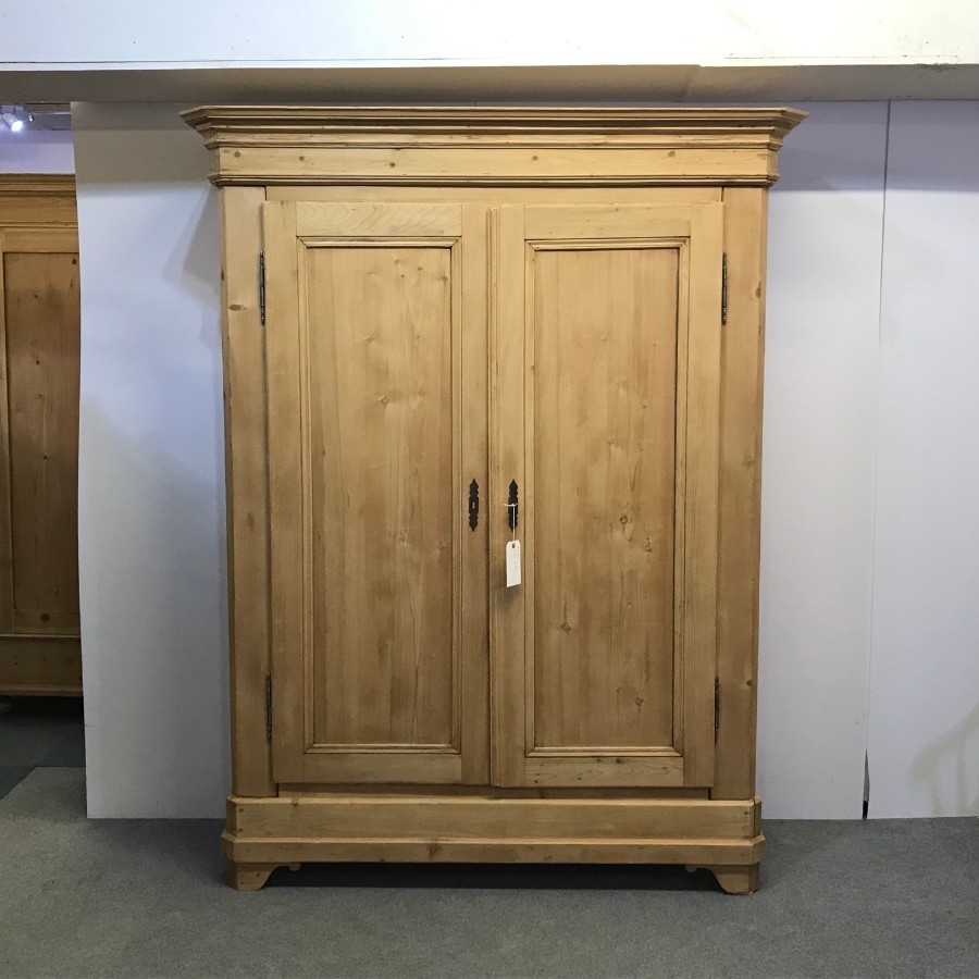 VERY LARGE ELEGANT ANTIQUE PINE WARDROBE