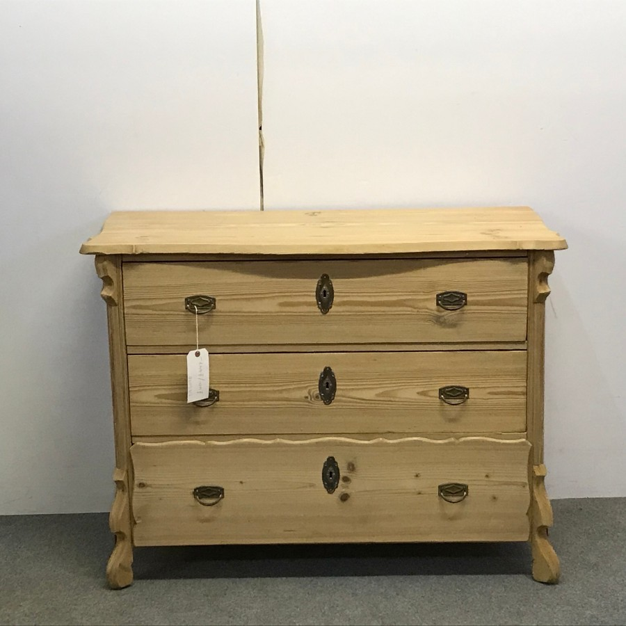 ATTRACTIVE ANTIQUE PINE CHEST OF DRAWERS