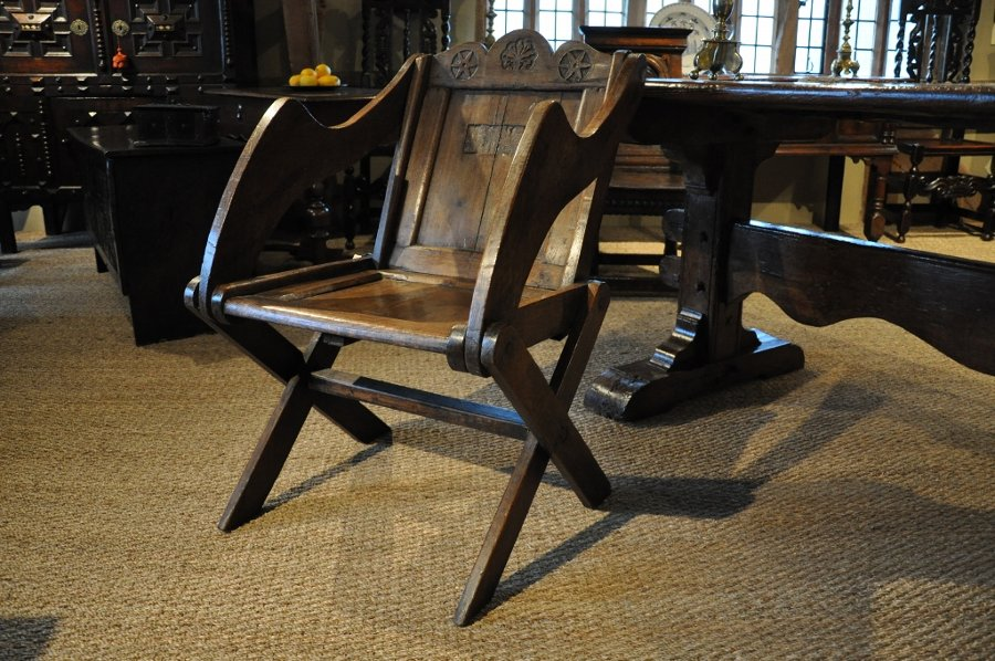 A RARE EARLY 17TH CENTURY ENGLISH OAK GLASTONBURY CHAIR. CIRCA 1620