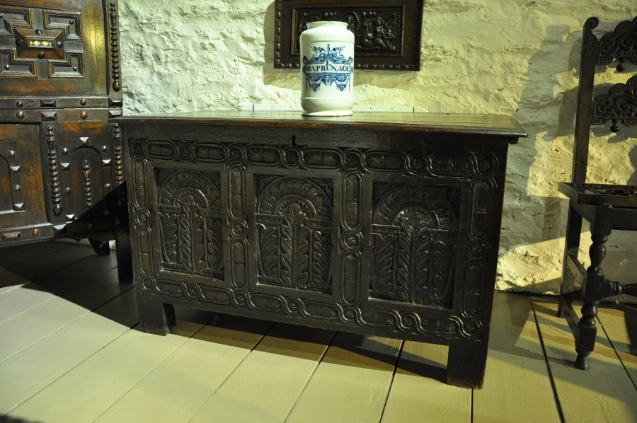 A MID 17TH CENTURY OAK COFFER. ENGLISH. CIRCA 1630