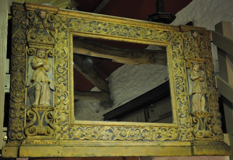 AN EARLY 17TH CENTURY NORTH ITALIAN CARVED, GILDED AND POLYCHROMED MIRROR. CIRCA 1620