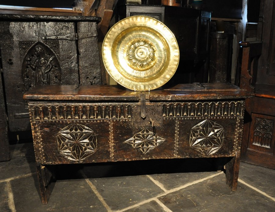 A WONDERFUL HENRY VIII TUDOR OAK BOARDED CHEST. ENGLISH. CIRCA 1540