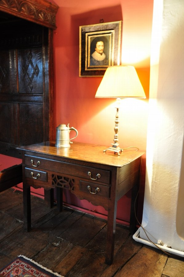 AN ATTRACTIVE MID 18TH CENTURY WELSH OAK LOW BOY/SIDE TABLE. CIRCA 1750