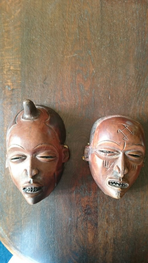 2x African masks. Handmade in 1890
