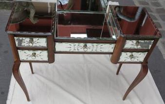 Antique 1950/70 Venitian hairdresser feet curved with mirrors has decoration of flowers and guillochés