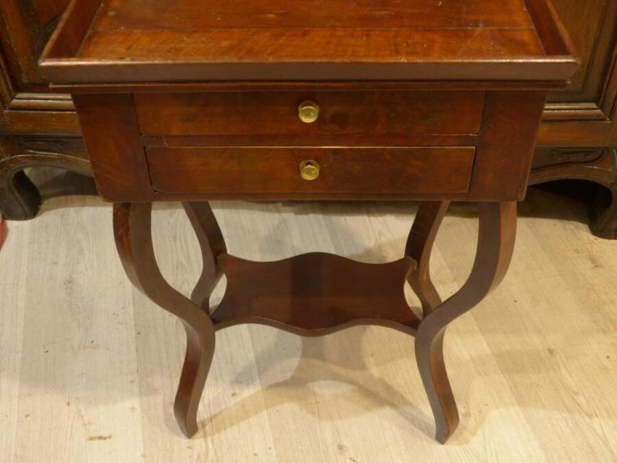 Antique Pedestal Table A In Worker Case In Mahogany Restoration Period.