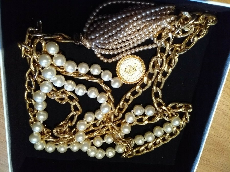 CHANEL - Collectors! Vintage belt with large pearls, Medallion and pearl tassel