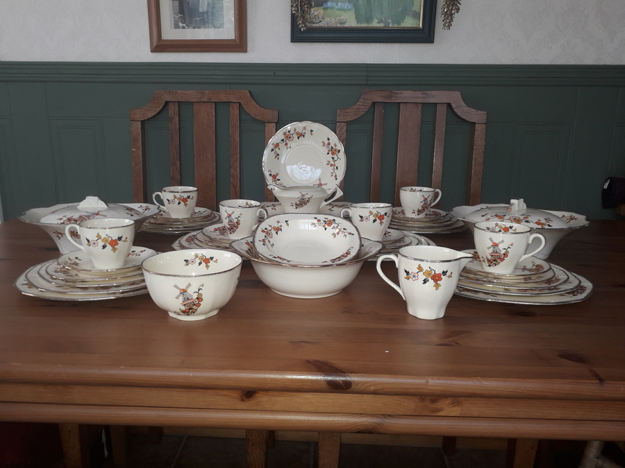 Absolutely gorgeous Alfred Meakin Dinner Service. Full 54 piece dinner service for 6