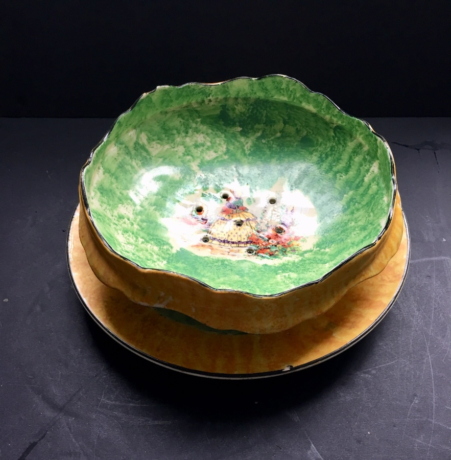 A CROWN DUCAL 1930s SALAD BOWL WITH DRAINERS, ON STAND