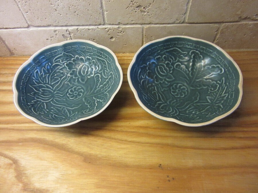 Pair of Rare Qing dynasty Chinese bowls - Blue and cream incised ceramic