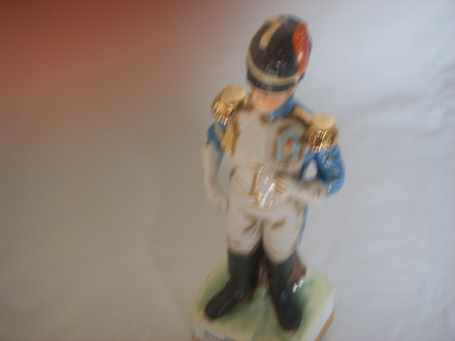 Antique A CERAMIC FIGURINE DEPICTING A SOLDIER IN THE 1800'S GRENADIERS.
